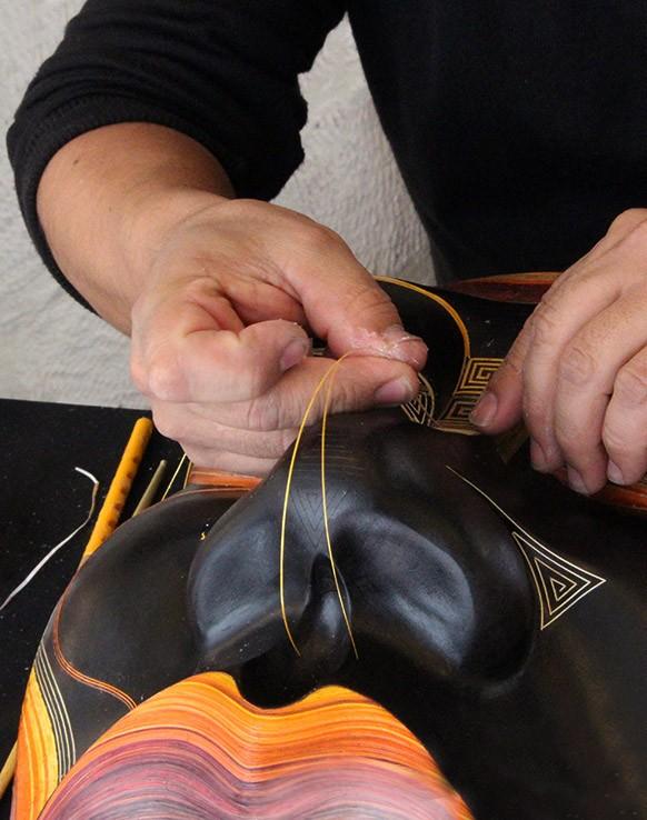 Realisation-masque-marqueterie-paille-en-colombie